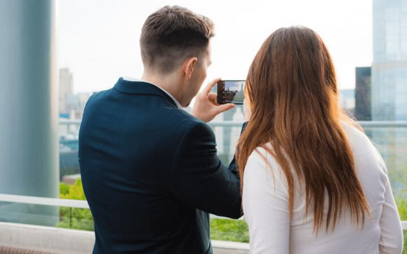 二人がデートをしている画像