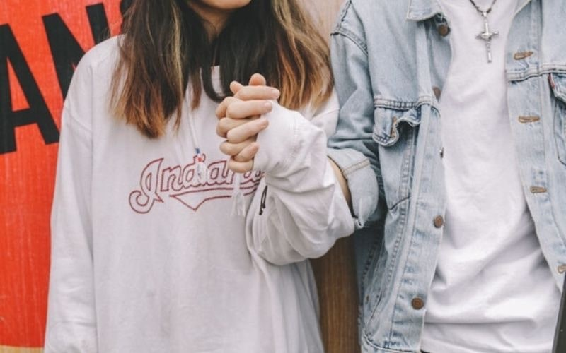 若い服を着ようとする女性