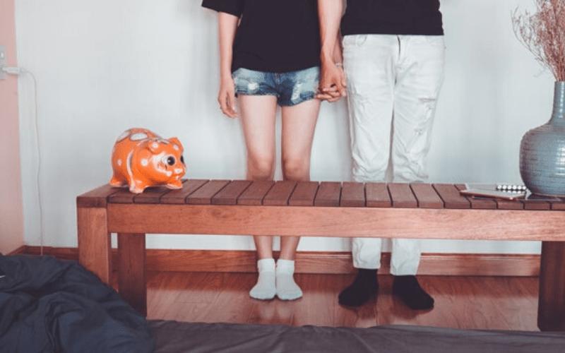 手を繋いでいる男女の画像