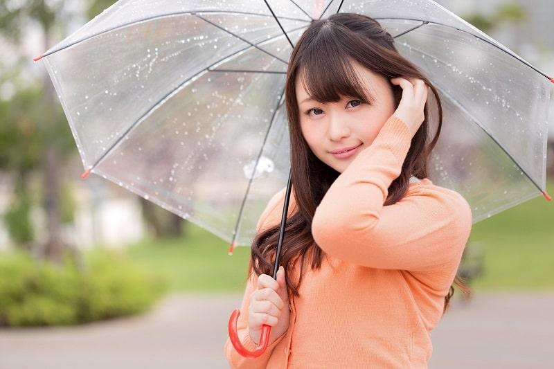 傘をさす女性の画像