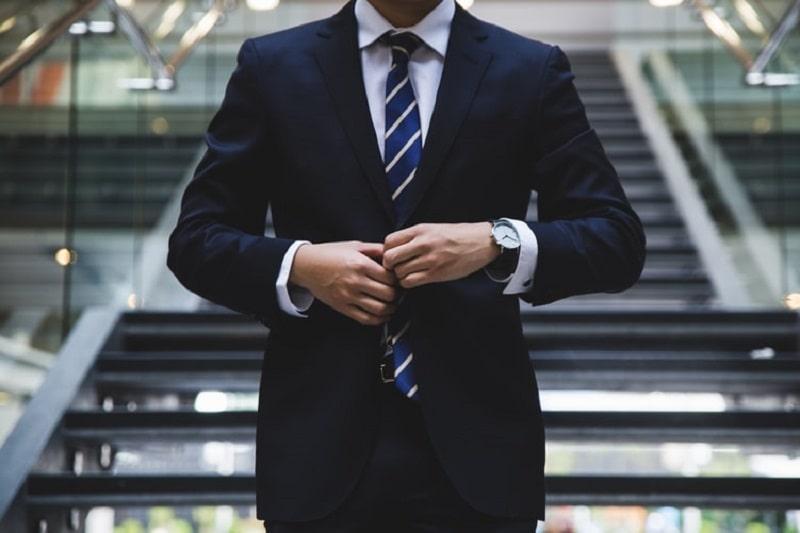 正装をする男性の画像