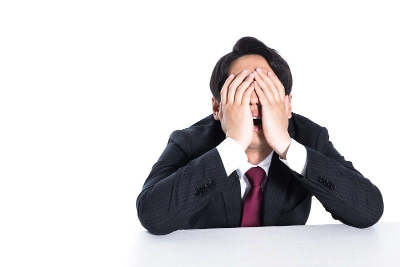 ショックを受ける男性の画像