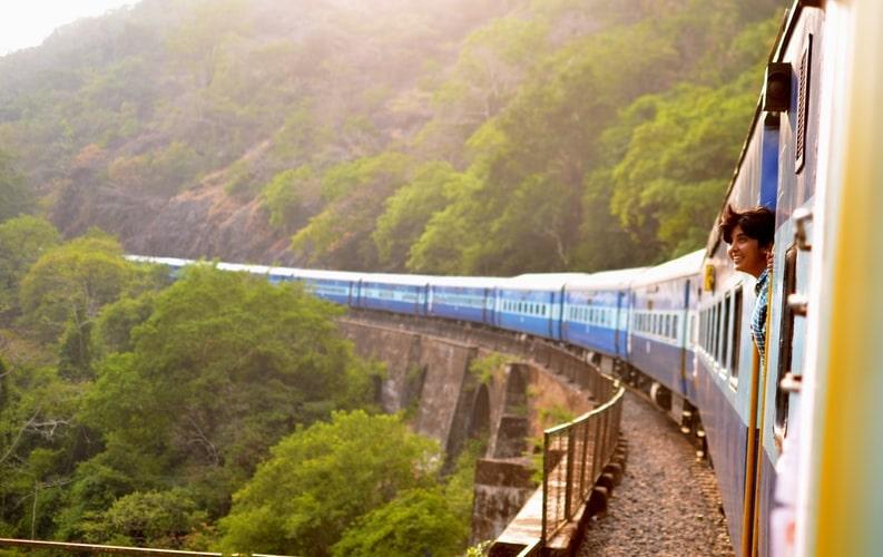 電車で旅行をする風景